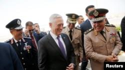 جیم متیس وزیر دفاع آمریکا در فرودگاه قاهره مورد استقبال همتای مصری قرار گرفت - ۳۰ فروردین ۱۳۹۶