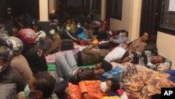 Para pengungsi dari lereng Gunung Kelud tidur di tempat penampungan sementara di Kediri, Jawa Timur (14/2).