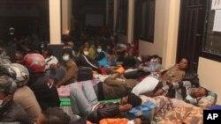 Warga yang tinggal di lereng Gunung Kelud, Kediri, Jawa Timur, tidur di tempat penampungan sementara.