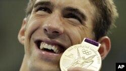31일 아쿠아스틱 센터에서 열린 남자 계영 800미터에서 금메달을 딴 후, 메달을 들어보이는 마이클 펠프스 선수.