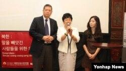 북한인권시민연합이 28일 인도네시아 자카르타 츠마라6 갤러리에서 개최한 북한인권주간 개막식에서 마르주키 다루스만 유엔 북한인권특별보고관(왼쪽 첫번째)과 28년간 정치범 수용소에서 갇혀 있다가 탈출한 탈북자 김혜숙씨(왼쪽 두번째), 북한 인권 실상을 고발한 '열한 살의 유서'의 저자 김은주 씨(왼쪽 세번째)가 인사말을 하고 있다.