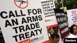 Các nhà hoạt động biểu tình ủng hộ hiệp ước mua bán vũ khí toàn cầu tại New Delhi, Ấn Độ.