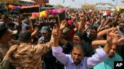 ພວກຄົນທີ່ໄວ້ອາໄລໃຫ້ແກ່ ພວກປະທ້ວງສອງຄົນທີ່ໄດ້ຖືກ ຂ້າຕາຍ ຢູ່ທີ່ເຂດນານາຊາດຂອງແບັກແດັດ ເມື່ອວັນສຸກ ຜ່ານມາ ໃນລະຫວ່າງການແຫ່ສົບ ຢູ່ວັດສັກສິດຂອງ ນັກ ສອນສາສະໜາ Imam Ali, ໃນເມືອງ Najaf, ຢູ່ກ້ຳໃຕ້ຂອງນະຄອນ Baghdad, ອີຣັກ, ວັນທີ 21 ພຶດສະພາ 2016.