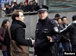 2011年2月,上海警方要求一名外国记者离开报道现场。