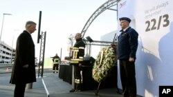 Raja Belgia Philippe meletakkan karangan bunga dalam peringatan satu tahun serangan bunuh diri di bandara Zaventem di Brussels, 22 Maret 2017. (Didier Lebrun/Pool via AP).