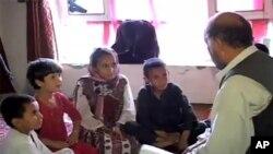 Ο Μοχάμετ Γιασίν Τζαν κάνει μαθήματα στα παιδιά του.