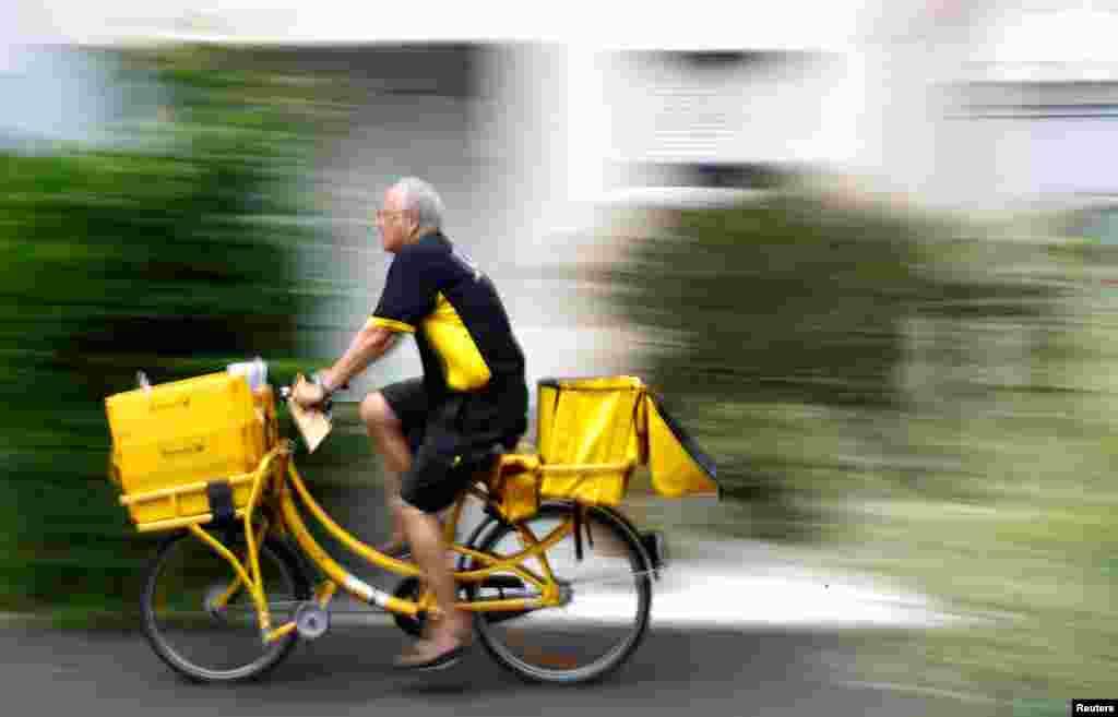 پستچی اداره پست در آلمان ترجیح میدهد از دوچرخه برای تحویل بسته های پستی استفاده کند.