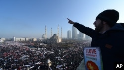 Hàng ngàn người tụ tập ở miền nam Chechnya của Nga biểu tình chống tạp chí Pháp Charlie Hebdo.
