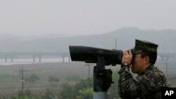 一名韩国士兵2018年5月16日在非军事区观察朝鲜目标(美联社)