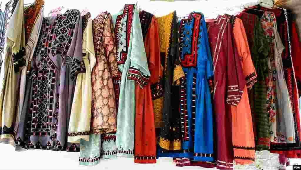 کوئٹہ کی استعمال شدہ کپڑوں کی مارکیٹ میں خواتین کے کپڑے نئے ملبوسات کی نسبت کم قیمت میں مل جاتے ہیں۔
