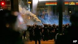La police usant de gaz lacrymogènes contre les manifestants, Charlotte, Caroline du Nord, le 21 septembre 2016.
