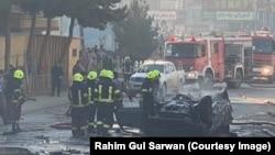 افغان دارالحکومت کابل میں تشدد کے واقعات میں مسلسل اضافہ ہو رہا ہے۔ بم دھماکے میں تباہ ہونے والی گاڑی اور ریسکیو اہل کارأ 10 جنوری 2021