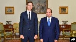 Jared Kushner (i bubamfu) m'urugendo mu gihugu ca Misiri, na Prezida Abdel-Fattah el-Sissi wa Misiri (i buryo)