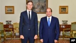 이집트 카이로를 방문한 재러드 쿠슈너 백악관 선임 고문(왼쪽)이 압델 파타 엘시시 이집트 대통령과 만났다고 이집트 관영 메나 통신이 23일 보도했다.