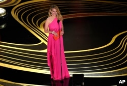Julia Roberts presents the award for best picture at the Oscars on Sunday, Feb. 24, 2019, at the Dolby Theatre in Los Angeles. (Photo by Chris Pizzello/Invision/AP)