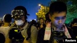 Sinh viên biểu tình xem điện thoại trong lúc ngăn chặn lối vào văn phòng Trưởng quan Hành chánh Lương Chấn Anh tại Hong Kong, ngày 2/10/2014.