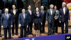 Sebagian pemimpin wilayah Asia Pasifik berfoto dalam penutupan KTT APEC di Bali (8/10). (AP/Dita Alangkara)