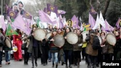 터키 이스탄불에서 8일 여성들이 세계 여성의 날 기념 행진을 벌이고 있다.