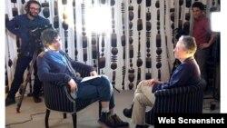 جان استوارت با تهیه کنندگان آنتن - استودیوی صدای آمریکا، نیویورک، ۷نوامبر۲۰۱۴