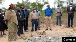 Membros da Renamo olham para o que restou do memorial, Manica, Moçambique