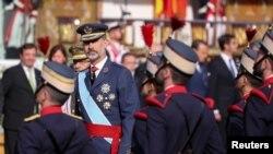 Raja Spanyol Felipe memperhatikan parade militer dalam Hari Nasional Spanyol, Madrid, 12 Oktober 2017.