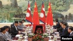 Presiden China Xi Jinping (kedua dari kanan) bertemu PM Nepal Khadga Prasad Sharma Oli (kedua dari kiri) di Beijing, Senin (21/3).