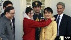 Tổng thống Pakistan Asif Ali Zardari (trái) gặp lãnh tụ dân chủ Miến Ðiện Aung San Suu Kyi