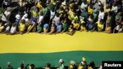 Para demonstran dalam protes terhadap Presiden Brazil Dilma Rousseff di Copacabana, Rio de Janeiro (16/8). (Reuters/Ricardo Moraes)