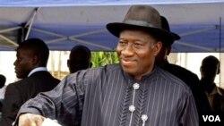 Presiden Nigeria Goodluck Jonathan datang untuk mencoblos di Otuoke, Sabtu (16/4).
