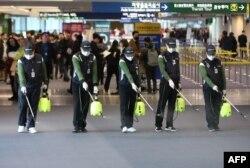 韩国仁川国际机场的工人为防范新型冠状病毒入侵在海关处喷洒消毒药水。(2020年1月21日)