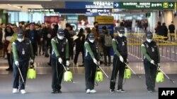 南韓仁川國際機場的工人為防範新型冠狀病毒入侵在海關處噴灑消毒藥水。 (2020年1月21日)