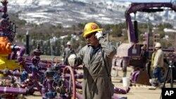 Một công nhân làm việc tại giếng dầu áp dụng kỹ thuật fracking trong bang Colorado
