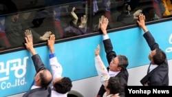 지난해 10월 금강산호텔에서 열린 제20차 이산가족 상봉행사가 끝난 뒤 북측 가족이 버스에 탑승한 남측 가족들과 작별인사를 하고 있다. (자료사진)