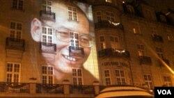 2010年12月10日,為劉曉波缺席頒發諾貝爾和平獎之夜,他的形象投映在舉行諾和獎晚宴的奧斯陸大酒店的正面外牆上(美國之音王南拍攝)