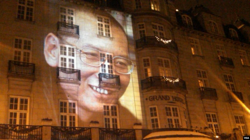 2010年12月10日,人权活动人士在诺贝尔和平奖晚宴地点奥斯陆大酒店正面外墙投放刘晓波巨幅头像。这位中国异议知识分子因身陷囹圄而缺席颁奖活动。(美国之音王南拍摄)