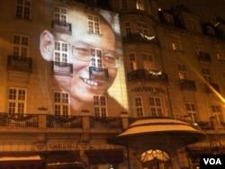 2010年12月10日,为刘晓波缺席颁发诺贝尔和平奖之夜,他的形象投映在举行诺和奖晚宴的奥斯陆大酒店的正面外墙上。