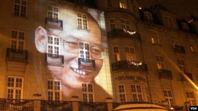 2010年12月10日,为刘晓波缺席颁发诺贝尔和平奖之夜,他的形象投映在举行诺和奖晚宴的奥斯陆大酒店的正面外墙上(美国之音王南拍摄)