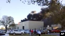 Asap hitam membubung ke udara di bandara Mid-Continent, Wichita, Kansas, tempat sebuah pesawat jatuh (30/10). (Foto: KAKE NEWS)