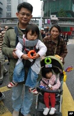 香港市民鍾女士(右)與丈夫及兩名女兒一起參與遊行,反對小圈子選舉