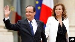 Tổng thống Pháp và bà Valerie Trierweiler rời Ðiện Elysee