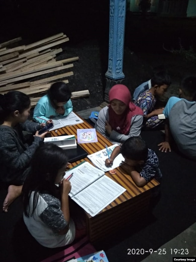 Pada malam hari anak-anak mendatangi Little Free Library di desa Jolontoro, Wonosobo untuk menggunakan wi-fi gratis dan belajar. Courtesy Nining Dwi Astuti.