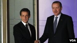 Presiden Perancis Nicolas Sarkozy (kiri) dan PM Turki Recep Tayyip Erdogan setelah pertemuan di Ankara, Jumat (25/2).
