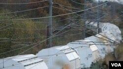 Kereta yang membawa 11 kontainer berisi limbah nuklir (Castors) meninggalkan Valognes, Perancis (23/11).
