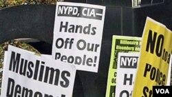 Warga muslim di New York melakukan unjuk rasa di Manhattan, Jumat (18/11).