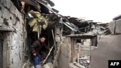 Một căn nhà bị phá hủy sau vụ không kích ở thị trấn Leninsky trong thành phố Donetsk, miền đông Ukraine, ngày 8/2/2015.