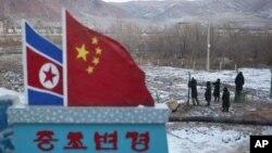 지난달 8일 두만강 인근 중국 마을의 중국 병사들.