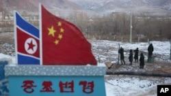 지난달 2012년 12월 두만강 인근 중국 마을에서 중국 공안들이 철조망을 보수 중이다. (자료사진)