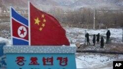 지난 2012년 북-중 접경 도시 도문 국경에서 군인들이 철조망을 보수하고 있다. (자료사진)