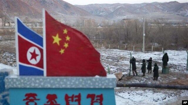 지난달 8일 두만강 인근 중국 마을에서 철조망을 보수 중인 중국 병사들.