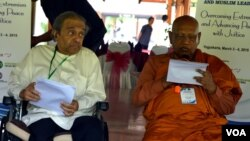 DR Chandra Muzaffar (kiri) mewakili ulama Muslim dan DR Bellanwila mewakili pemuka Budhist menyampaikan Yogyakarta Statement, Rabu 4/3 (foto: VOA/Munarsih).